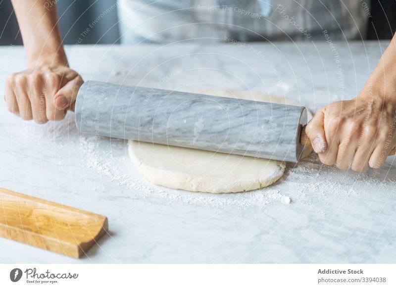 Nudelteig mit Nadel auf dem Tisch kochen Teigwaren Nudelholz Mehl Vorbereitung Koch Bäckerei Küche selbstgemacht kulinarisch Herstellung backen Schürze Rezept