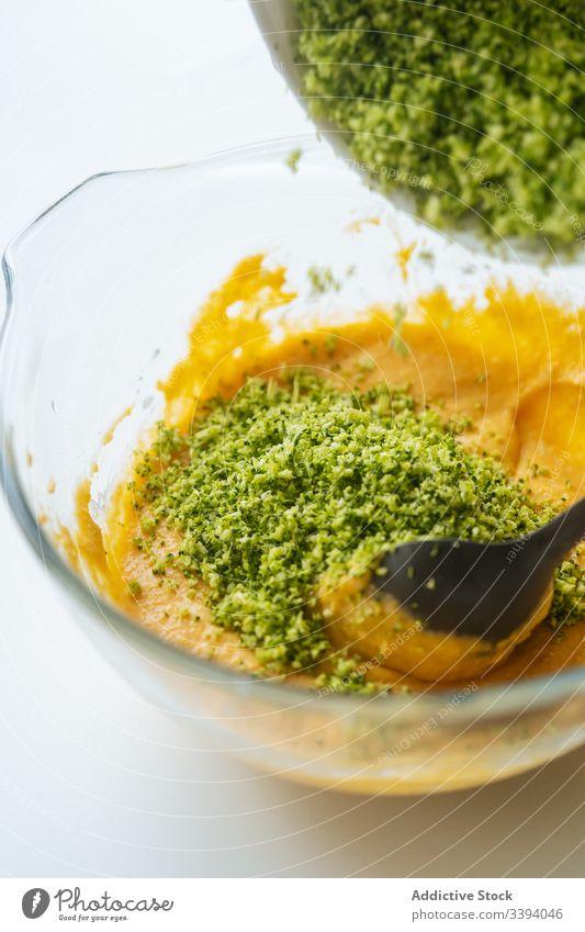 Person, die Gemüsemischung mit grünem Löffel mischt Koch Kraut Schalen & Schüsseln Mischung Essen zubereiten Lebensmittel Küche Bestandteil Küchenchef