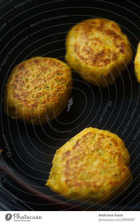 Appetitliche Gemüseschnitzel in der Pfanne auf dem Herd braten Kotelett traditionell Grillrost Mahlzeit Lebensmittel Küche Rezept Braten Snack Speise rustikal