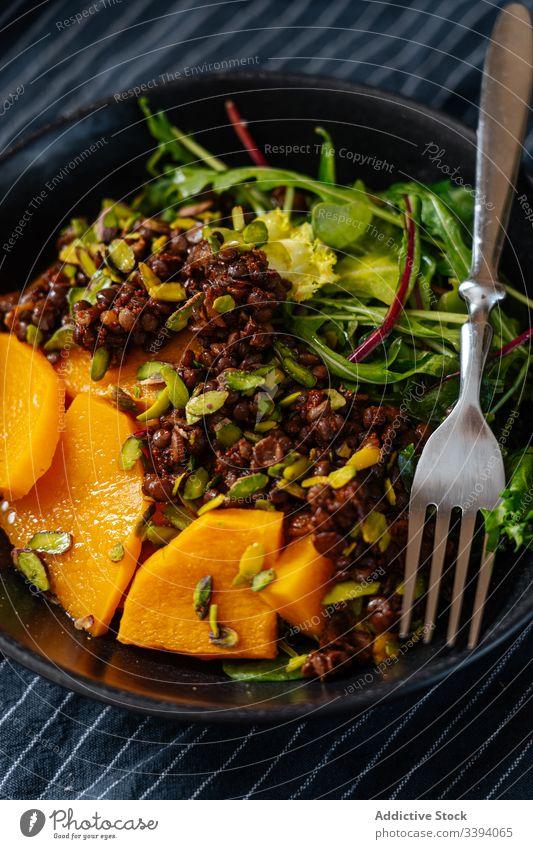 Schüssel mit veganer Schale und Gabel Speise Veganer Salatbeilage Schalen & Schüsseln Handtuch Koch Küche Lebensmittel Vorbereitung heimwärts Mahlzeit