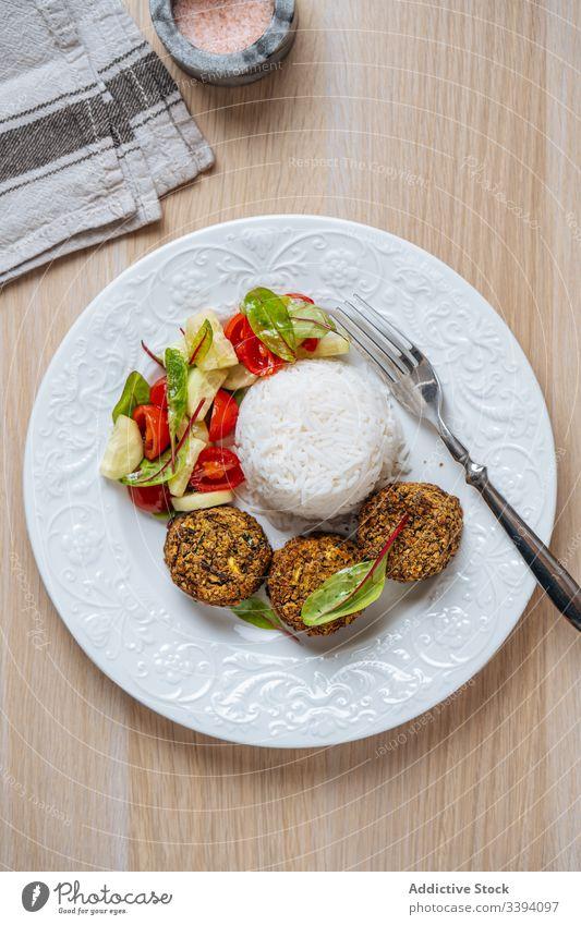 Veganes Gericht mit Pasteten auf weißem Teller Lebensmittel Vegetarier Kotelett Veganer Gesundheit Speise natürlich serviert Essen zubereiten Gemüse Reis