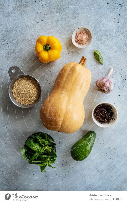 Zutaten für veganes Rezept mit Butternusskürbis Bestandteil Vegetarier Lebensmittel Essen zubereiten Kürbis Squash Gemüse Veganer Gesundheit Korn Avocado