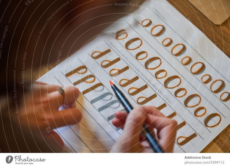 Gesichtslose Dame umkreist Buchstaben mit Pinsel Beschriftung lernen zeichnen Bürste Handschrift Kunstwerk Papier kreativ Inspiration Text kreieren Hobby Farbe
