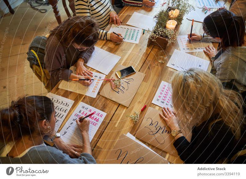 Schreibstunde im Kunstatelier Lektion zeichnen Schüler Trainer Tisch Menschengruppe Sitzung lässig Lifestyle sich[Akk] sammeln kreativ Kollege kooperieren