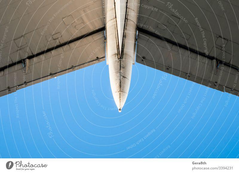 Fragment von Flugzeugflügeln auf einem Hintergrund mit blauem Himmel Lufttransport Luftverkehr Farbe detailliert Maschinenbau Fliege Bruchstück bügeln