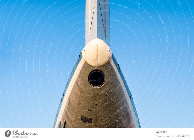 Flugzeugfragment eines alten Verkehrsflugzeuges vor blauem Himmel Lufttransport Luftverkehr Hintergrund Farbe detailliert Maschinenbau Fliege Bruchstück bügeln