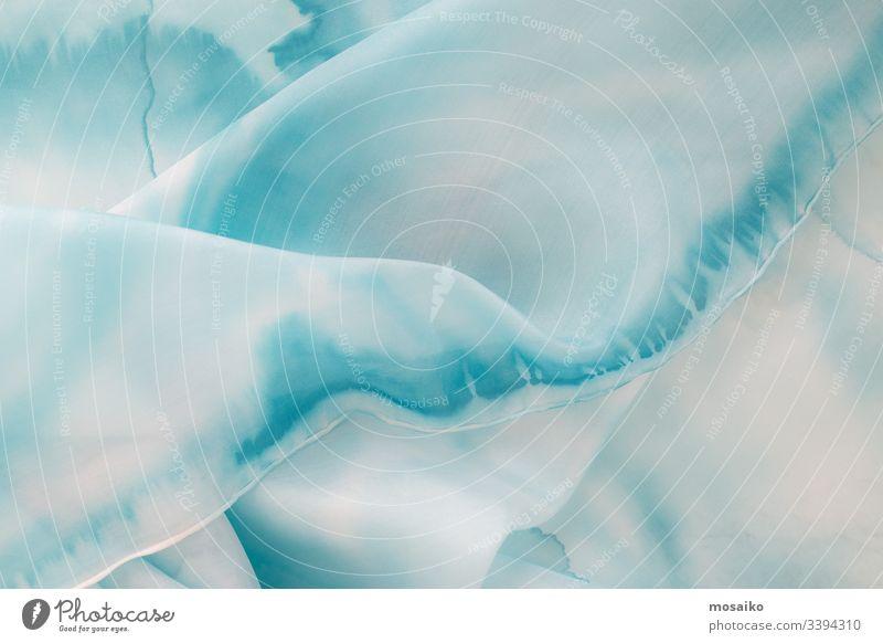 blaue Seide - Nahaufnahme eines Seidenschals - Pastellfarbe Malerei auf Seide Seidenmalerei Tusche gemalt handbemalt Hintergrund hochzeitlich Braut hell