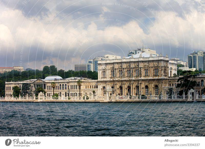 Dolmabahce-Palast, Blick von der Bosporus-Straße in Istanbul, Türkei dolmabahce bosporus bosphorus Truthahn Meerstraße Küstenlinie Fassade Architektur Gebäude