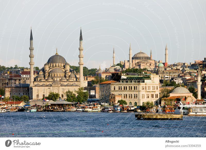 Stadtsilhouette von Istanbul in der Türkei, Blick vom Goldenen Horn auf die Neue Moschee im Stadtteil Eminonu. Großstadt Truthahn Skyline Stadtbild eminonu