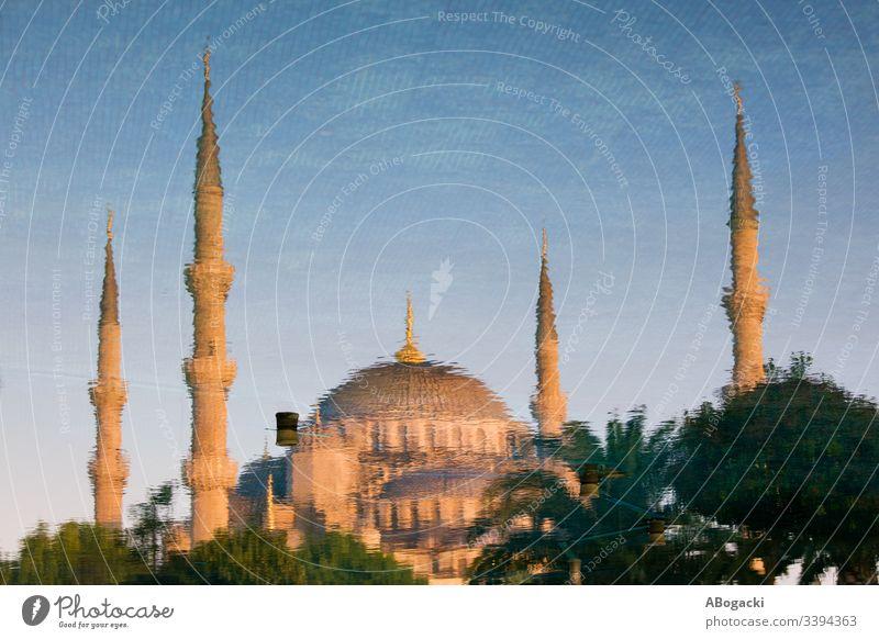 Blaue Moschee - Reflexion im Wasser in Istanbul, Türkei Truthahn historisch Wahrzeichen Gebäude religiös Struktur Architektur Außenseite im Freien Erbe Türkisch