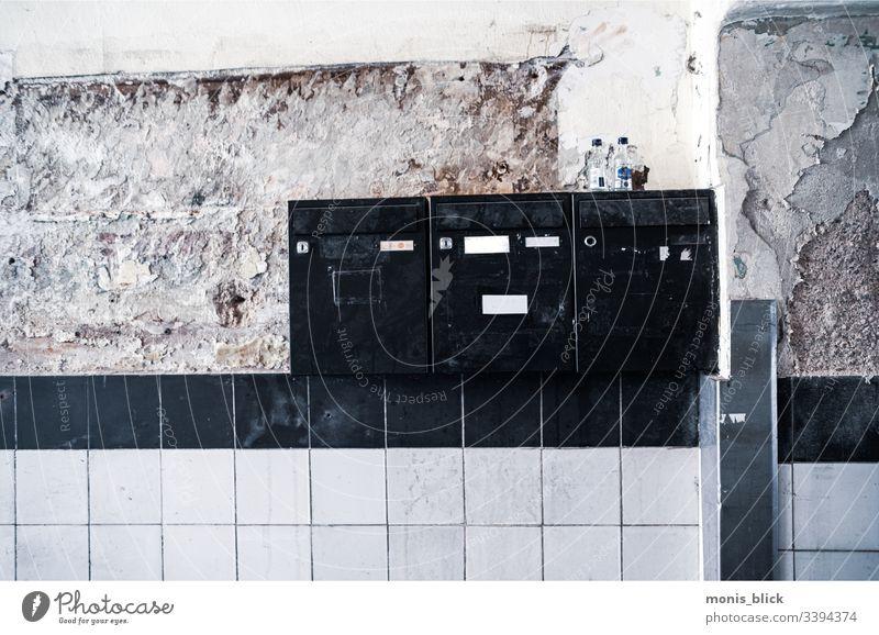 Briefkasten im Hausflur Subkultur lost places urban urbanlove urbanlovers Abbruchhaus suburban Street streetstyle Fliesen u. Kacheln Post Postbote