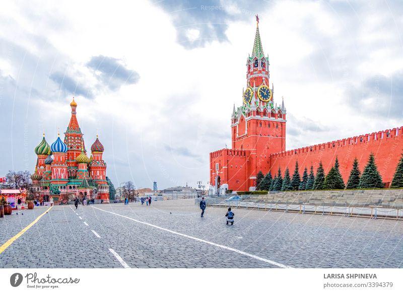 Moskauer Kreml mit Spasski-Turm und Basilius-Kathedrale im Zentrum der Stadt am Roten Platz, Moskau, Russland rot moskauer kreml Architektur Wahrzeichen Quadrat