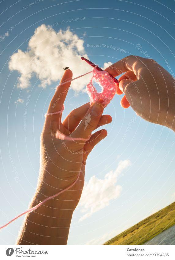 Häkelnde Hände mit Fliege erstrecken sich gen Himmel Wollknäuel Freizeit & Hobby Handarbeit Wolle weich Erholung Wärme Häkelnadel Detailaufnahme Zufriedenheit