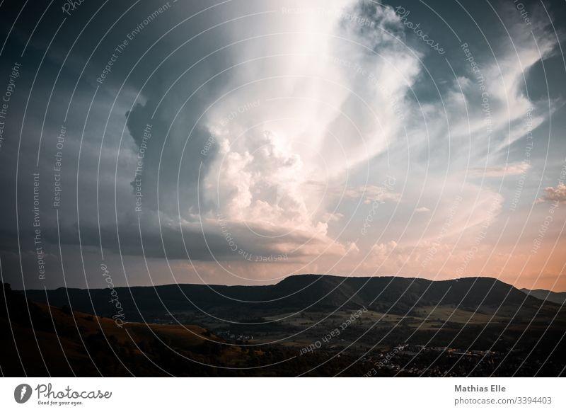 Cumulonimbus Gewitterwolken Abend Wetter Himmel Sommer heiß Schwüle Kumulus Kumulunimbus Licht Abendsonne Wolken blau Regen Luft Urelemente Silhouette