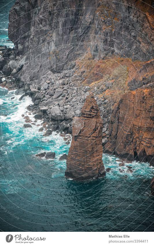 Großer Felsen an der Atlantikküste auf den Azoren São Miguel Sao Miguel Küste Außenaufnahme braun Wolken Abenteuer Sommer Meer Wasser blau Vogelperspektive Tag