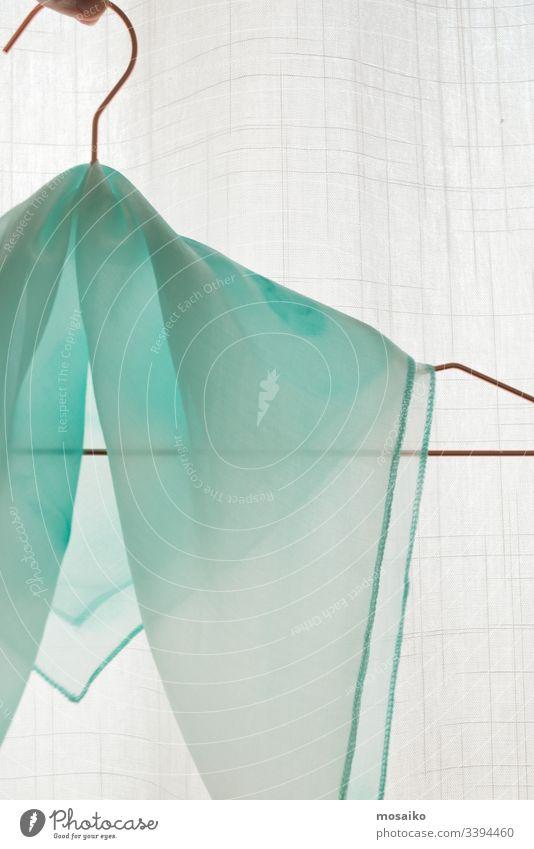 Türkisfarbene Seide - Nahaufnahme eines handgemalten Seidenschals - Pastellfarbe auf weißer transparenter Seide Seidenmalerei grün Malerei türkis Pastellton