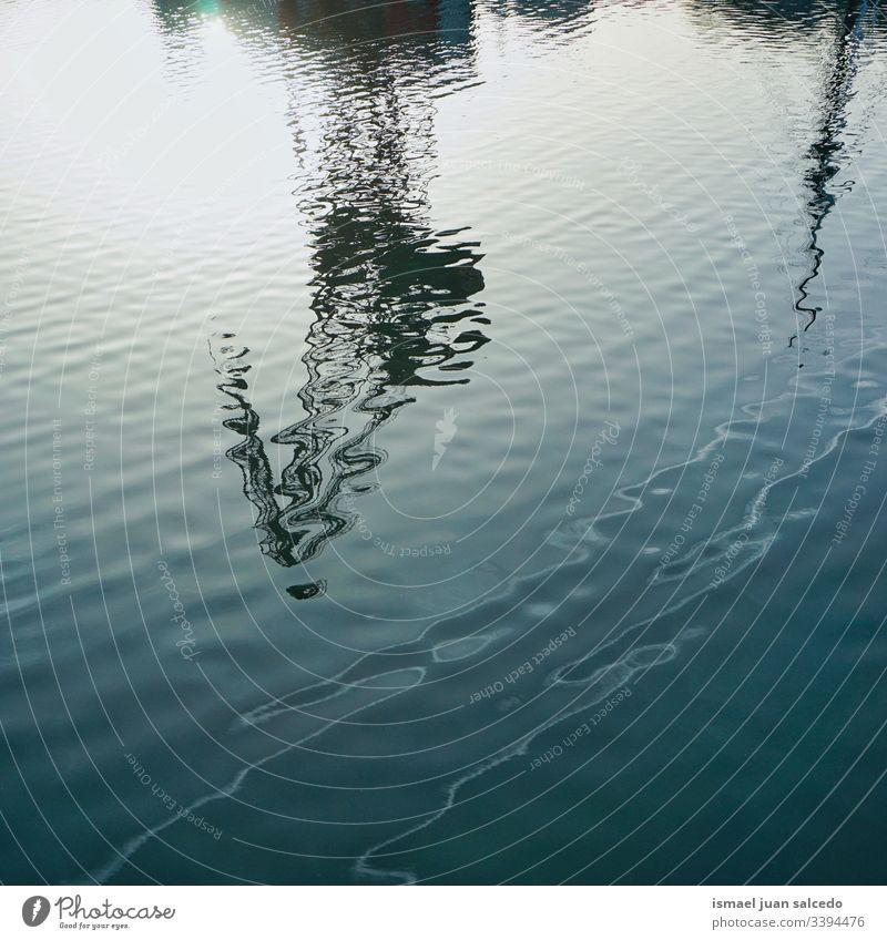 Reflexion über das Wasser im Fluss in der Stadt Bilbao Spanien Reflexion & Spiegelung Licht hell Pool Schwimmbad liquide Sonnenlicht blau abstrakt Textur