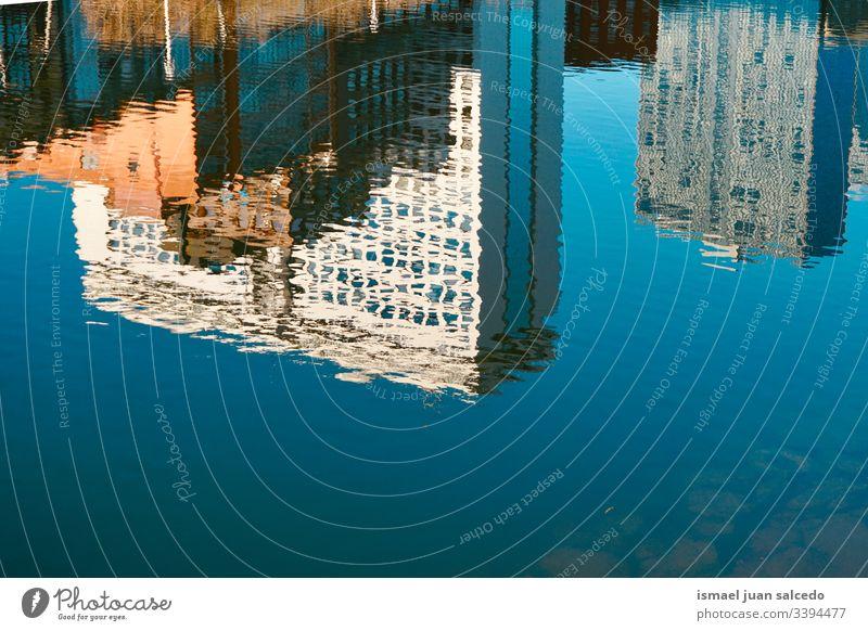 Gebäude, das sich im Wasser des Flusses in der Stadt Bilbao Spanien spiegelt Reflexion & Spiegelung Licht hell liquide Sonnenlicht blau abstrakt Textur