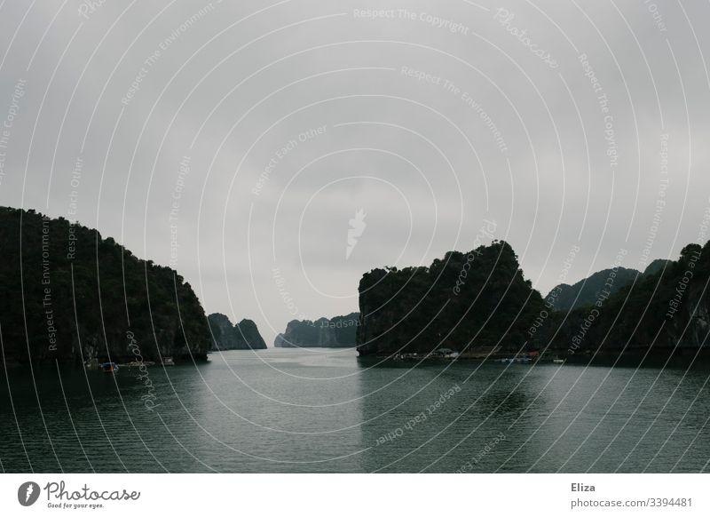 Halong Bay in Vietnam; schöne Landschaft mit Kalksteinfelsen, die aus dem Meer ragen, bei nebligem Wetter Sehenswürdigkeit Bucht Felsen Nebel floating Villages