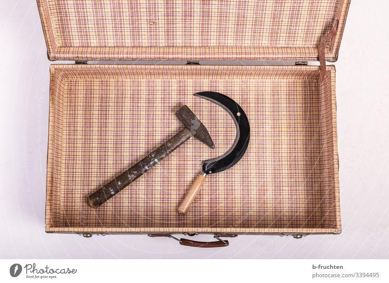 Ich packe meinen Koffer und nehme einen Hammer und eine Sichel mit. verreisen Sowjetunion Politik & Staat Zeichen Symbole & Metaphern Macht Sozialismus