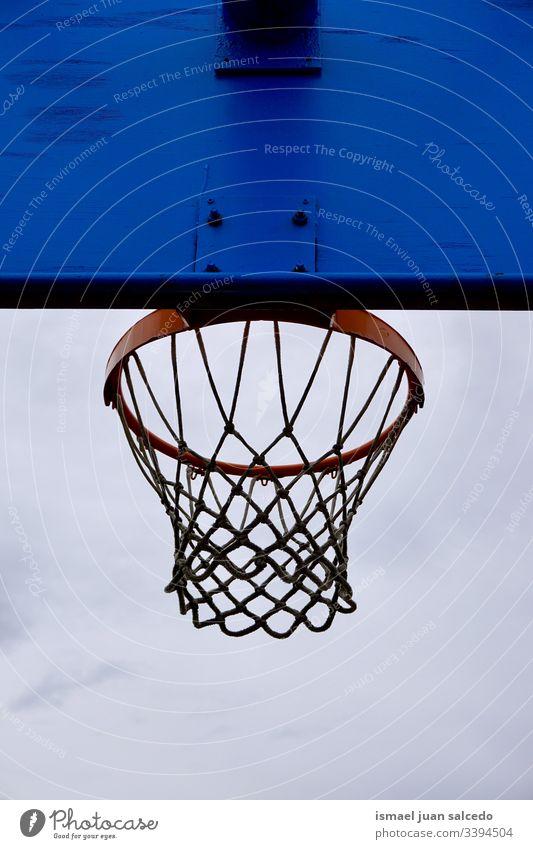 Basketballkorb, Straßenkorb in der Stadt Bilbao Spanien Reifen Korb Himmel blau Silhouette kreisen anketten metallisch Netz Sport Sportgerät spielen Spielen