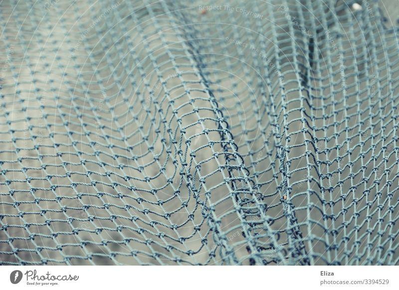 Ein blaues Netz das über Wasser gespannt ist gefangen Fischfang wasser Fischernetz Netzwerk Außenaufnahme Menschenleer Knoten Seil Farbfoto Maritim sicherheit