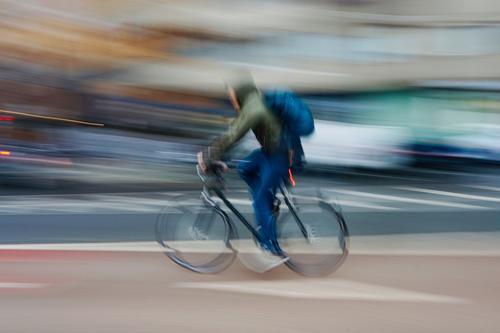 man ciclyng, Fahrradverkehrsmittel auf der Straße in der Stadt Bilbao Spanien Transport Verkehr Sport Fahrradfahren Radfahrer Radfahren Biker Übung
