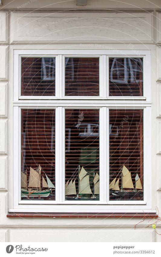 Modellbau, Schiffe, Fenster Segelschiff Fassade Schifffahrt Segeln Segelboot Farbfoto schalusie Menschenleer Spiegelung Fensterbank Glasscheibe Außenaufnahme