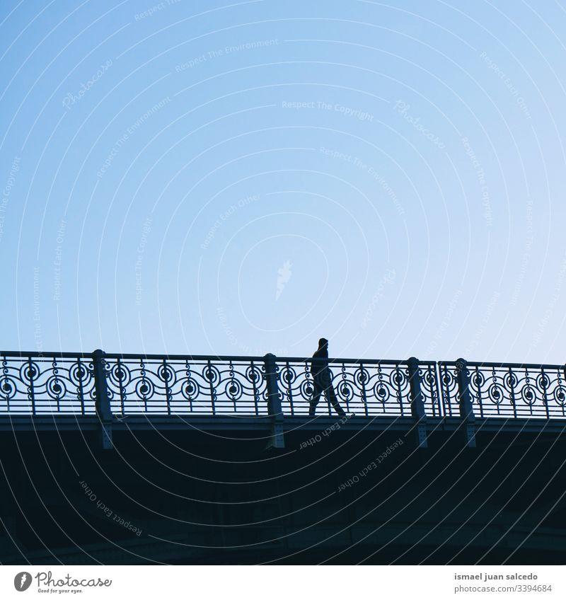Touristen, die auf der Straße in der Stadt Bilbao Spanien gehen, Reiseziel Bilbao Person Menschen menschlich Fußgänger Schatten Silhouette Brücke im Freien