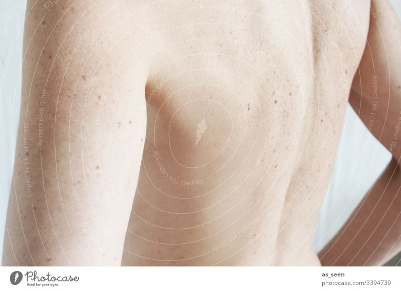 Rücken Haut Frau Sommersprossen Leberfleck Leberflecke Schulter Arme feminin nackt Erwachsene Körper Innenaufnahme 30-45 Jahre Farbfoto Oberkörper Rückansicht