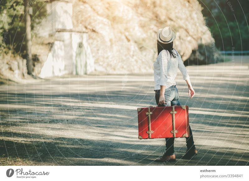 Junge Frau mit Koffer unterwegs Freiheit Spaß Mädchen Fröhlichkeit Glück Hut Autobahn Anhalter Hoffnung Selbstständigkeit Feiertage Abenteuer Lifestyle Natur