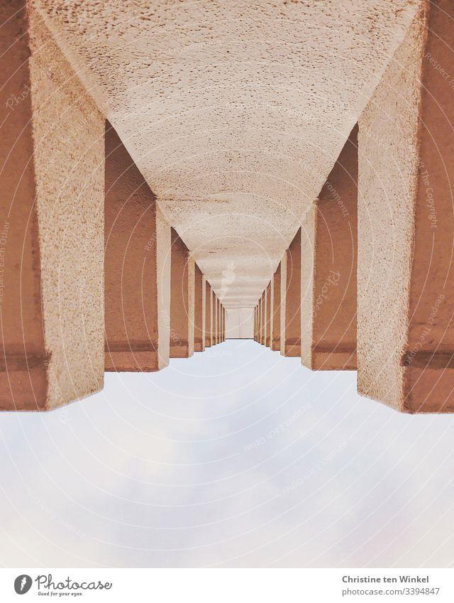 abstrakte Betonfassade und Himmel Froschperspektive Fassade modern Wolken Menschenleer Gebäude Bauwerk Architektur Strukturen & Formen Perspektive