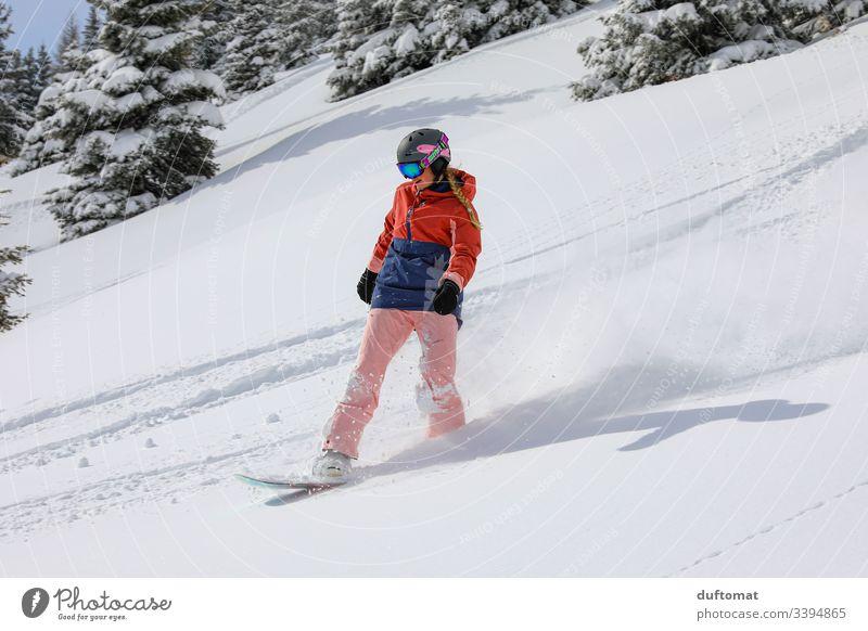 Snowboardgirl und Pulverschnee Mädchen Snowboarding Sport Wintersport Berge u. Gebirge Freestyle abwärts Skipiste Tiefschnee Winterurlaub talentiert