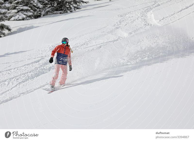 Neuschnee für die Snowborderin Snowboard Mädchen Snowboarding Sport Wintersport Berge u. Gebirge Freestyle Pulverschnee abwärts Skipiste Tiefschnee Winterurlaub