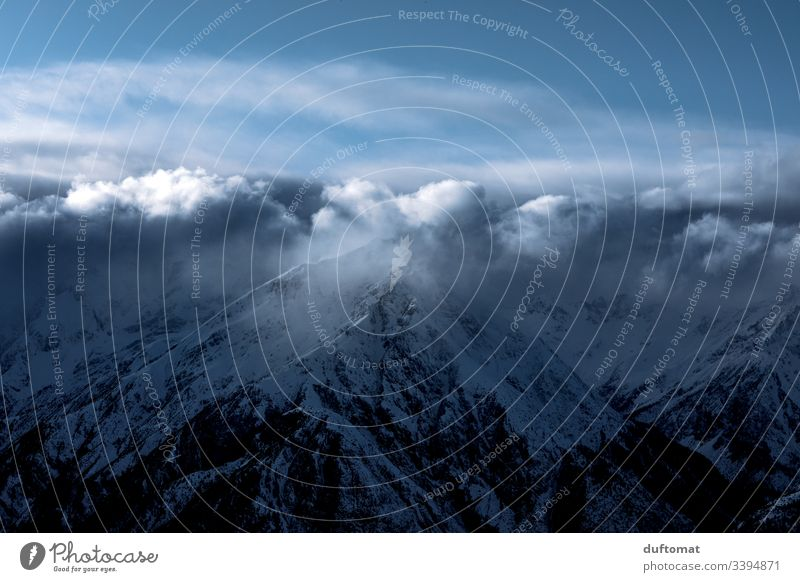 Gipfelkette unter Wolken, Schneebedecktes Bergpanorama Panorama Berge Skifahren Tal Powder kalt Piste Spuren Gebirge Skigebiet Winter Alpen Landschaft Ferien