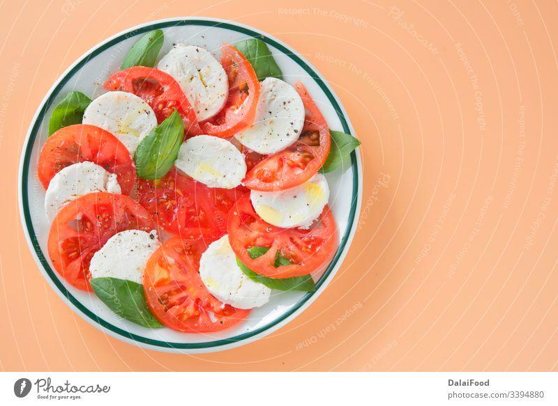Caprese-Salat auf braunem Hintergrund Basilikum brauner Hintergrund Käse fertigmachen Nahaufnahme Küche Diät Essen Lebensmittel frisch Gesundheit krautig