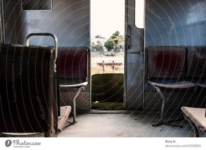 Sitze in einem Eisenbahnwaggon mit Ausblick auf Abstellgleis Waggon vintage Menschenleer retro Farbfoto Detailaufnahme marode Gedeckte Farben Endstation