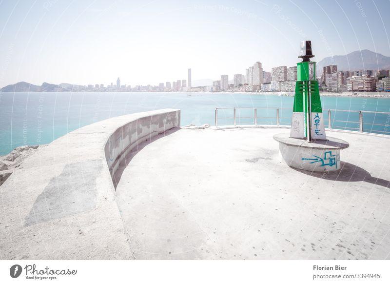 Leuchtturm im Hafen mit Blick auf Hochhaus-Strand-Panorama übers Meer Beton Skyline graffitti wohnen Hafenmohle Leben Sitzgelegenheit Mauer Signal