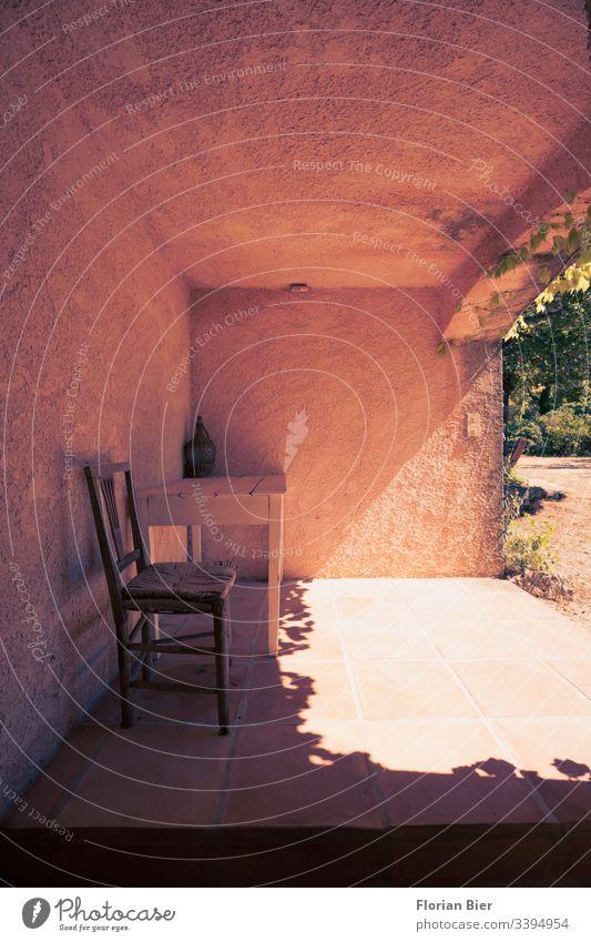 Schattenplatz mit Tisch und Stuhl auf einer überdachten Terrasse Sommer Sonnenstrahlen Haus Landhaus Wohnen Süden Garten pergola Menschenleer Tag Farbfoto