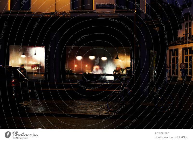 Abstand halten Café Restaurant Abend Straßencafé Außenaufnahme Tisch Stuhl Farbfoto Gastronomie Sitzgelegenheit Regen Beschlagen Schaufenster Lampenlicht urig