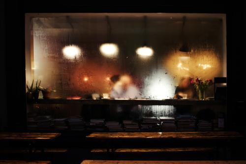 Anonym Café Restaurant Lampenlicht Tisch Frau mann lesen beschlagen scheibe fenster bänke topfpflanze blumen urig gemütlich regen regentropfen lichter Farbfoto