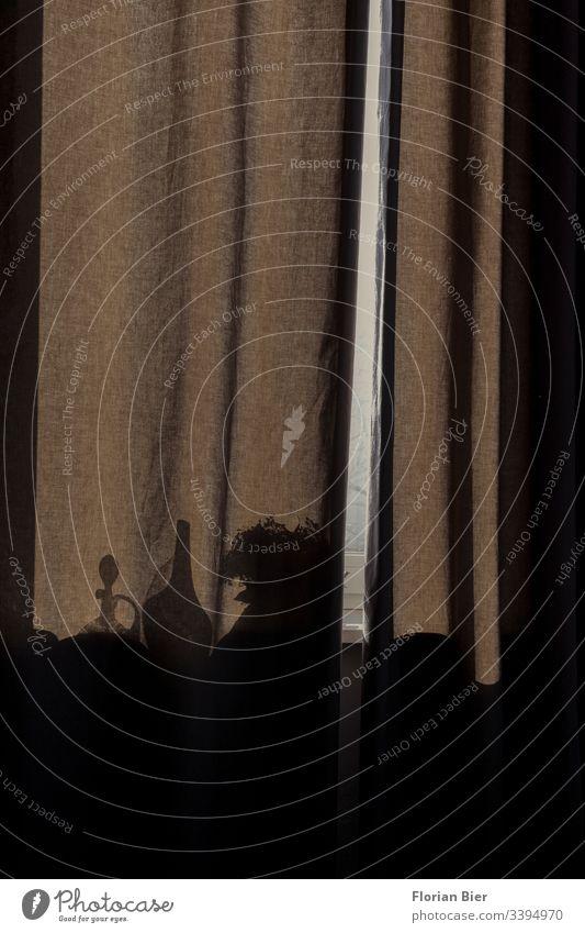 Lichtblick – Blick auf einen zugezogenen Vorhang welcher im Schattenspiel Objekte durchscheinen lässt dunkel schwer Flasche Vase Stoff Silhouette Migräne