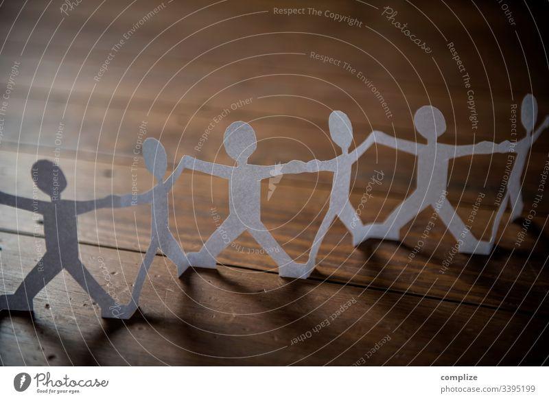 TEAMWORK - Scherenschnitt, Menschen Hand in Hand gruppe miteinander meschen zusammen zusammenhalt scherenschnitt papier origami familie Familie & Verwandtschaft