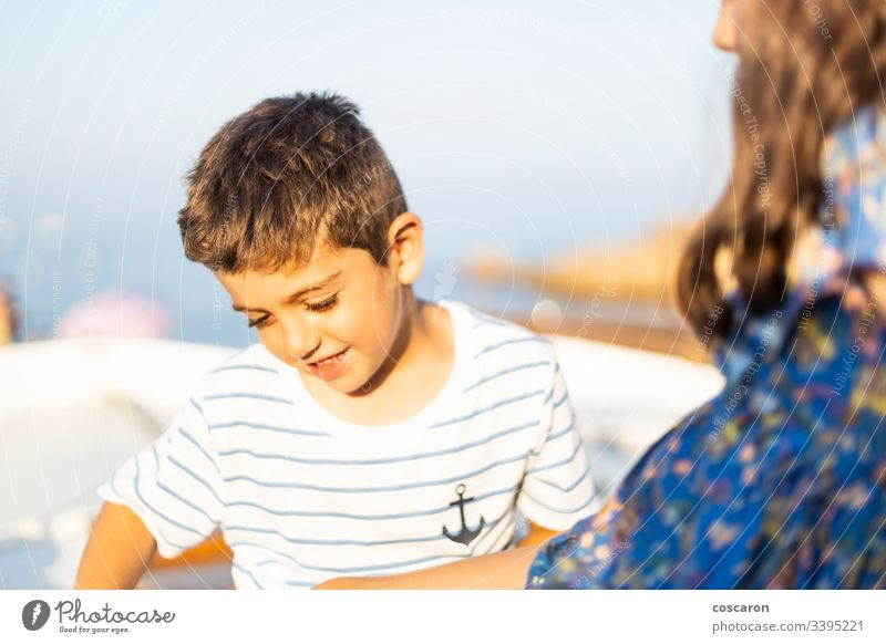 Zwei kleine Kinder haben im Sommer Spaß aktiv Aktivität bezaubernd Baby schön blau Junge Bruder Kaukasier heiter Kindheit niedlich Emotion Ausdruck Gesicht