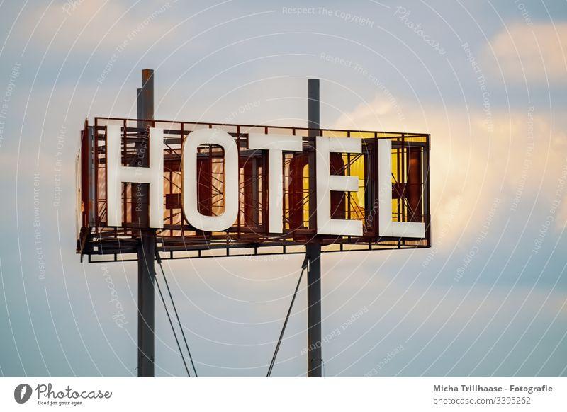Leuchtreklame Hotel Reklameschild Werbung Hinweisschild Urlaub Übernachtung reisen Reisende Ferien Unterkunft Domizil Zimmer Tourismus Touristen Himmel Wolken