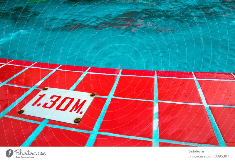 Tiefenschild am Rand des Schwimmbads Wasser Niveau Pool Mark tief Nummer Indikator Meter Zeichen im Freien Oberfläche blau Fliesen u. Kacheln rot