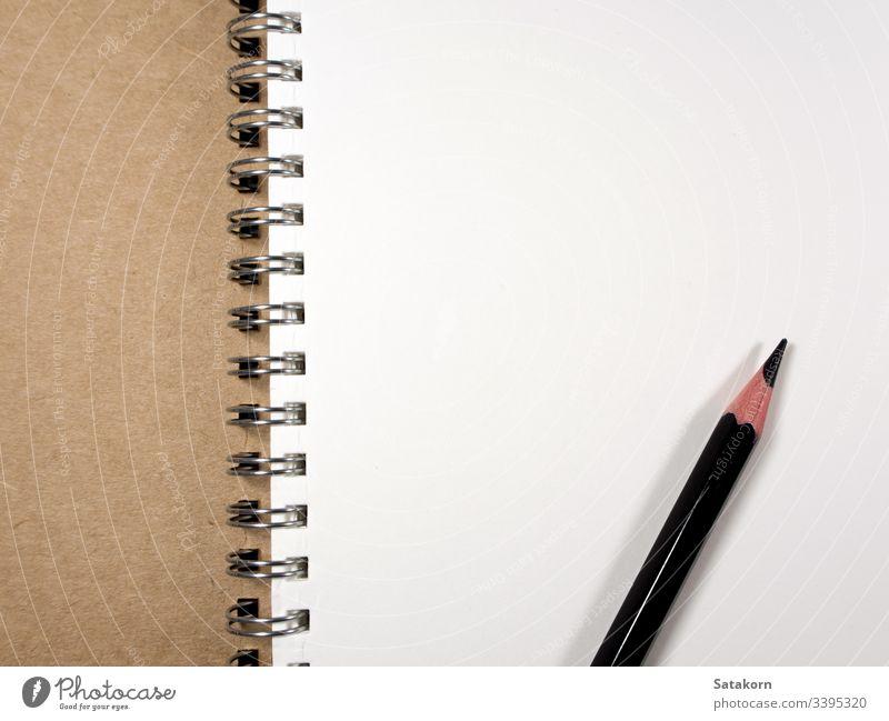 Weiße Papierseite von Note Book and Pencil Hinweis Buch blanko weiß Notebook ruhend Bleistift offen Hintergrund Design Sauberkeit Page leer Spirale Notizblock