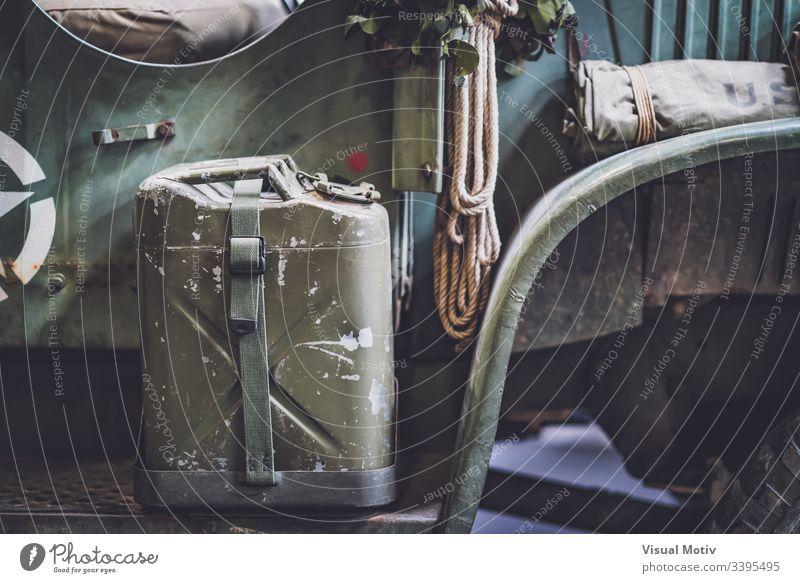Metallkanister eines Militärlastwagens aus dem Zweiten Weltkrieg 1942 GMC CCKW 352, allgemein bekannt als Jimmy Detailaufnahme Innenbereich im Innenbereich