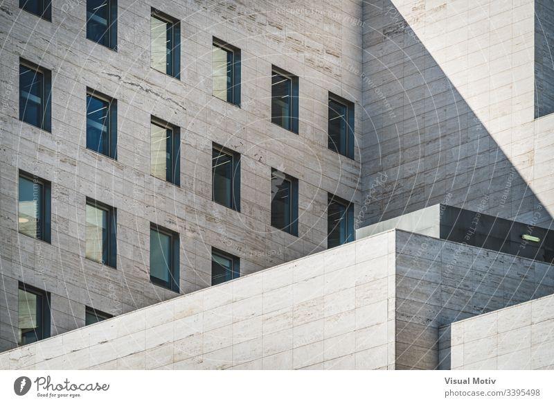 Architekturgeometrie-Ansicht eines Geschäftsgebäudes aus römischem Travertinmarmor abstrakt abstrakter Hintergrund abstrakte Fotografie Nachmittag