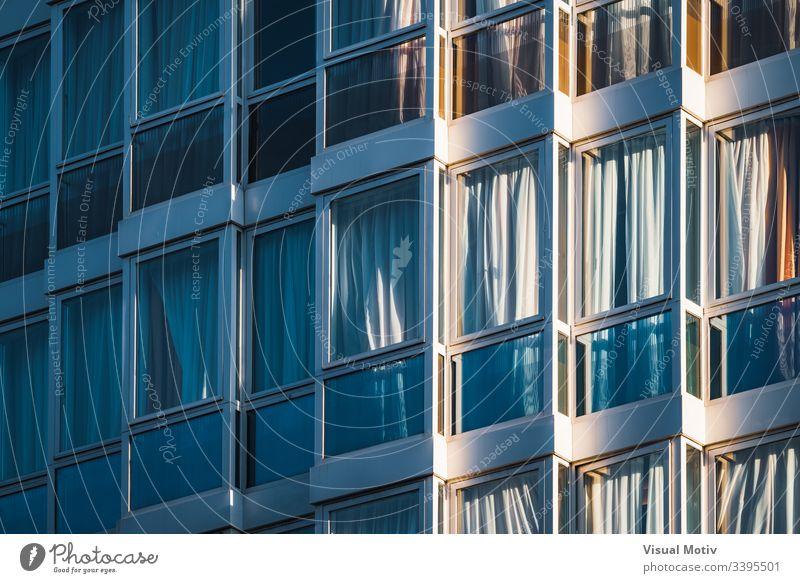 Eklektisch verglaste Fassade eines städtischen Gebäudes Stadtfassade Architektur Struktur Fenster urban verglaste Fenster keine Menschen eklektisch